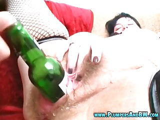 Mature Erika moaning while enduring with deep pussy fisting