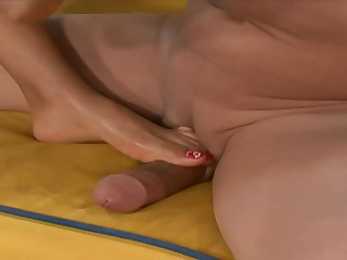 Prexy Latina MILF Loona Lux gets her feet worshiped