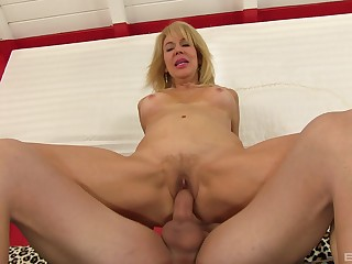 Hot mature reveals her slutty side upon a perfect XXX